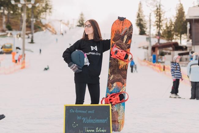 Snowboarderin auf Piste am Posen