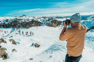 Fotograf macht auf dem Berg Bilder