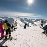 Gruppe Snowboarder auf dem Berg