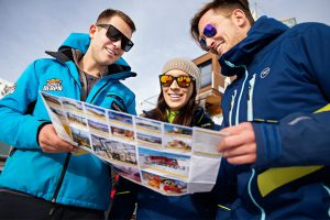 Paar bekommt Skiplan gezeigt