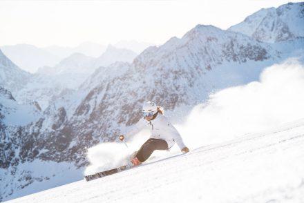 Skifahrerin carvt auf der Piste Stubaier Gletscher