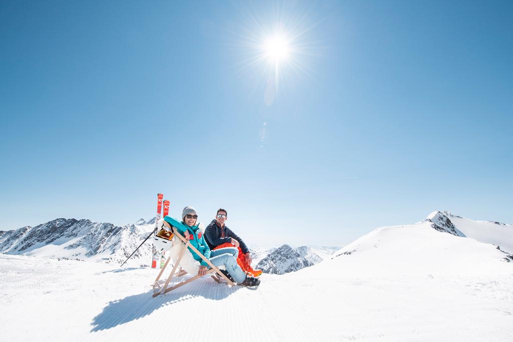 Paar auf Liegestühlen auf dem berg Stubaier Gletscher
