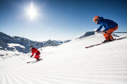 Skifahrer am carven