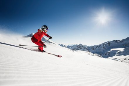 skifahrer Abfahrt bei Sonne
