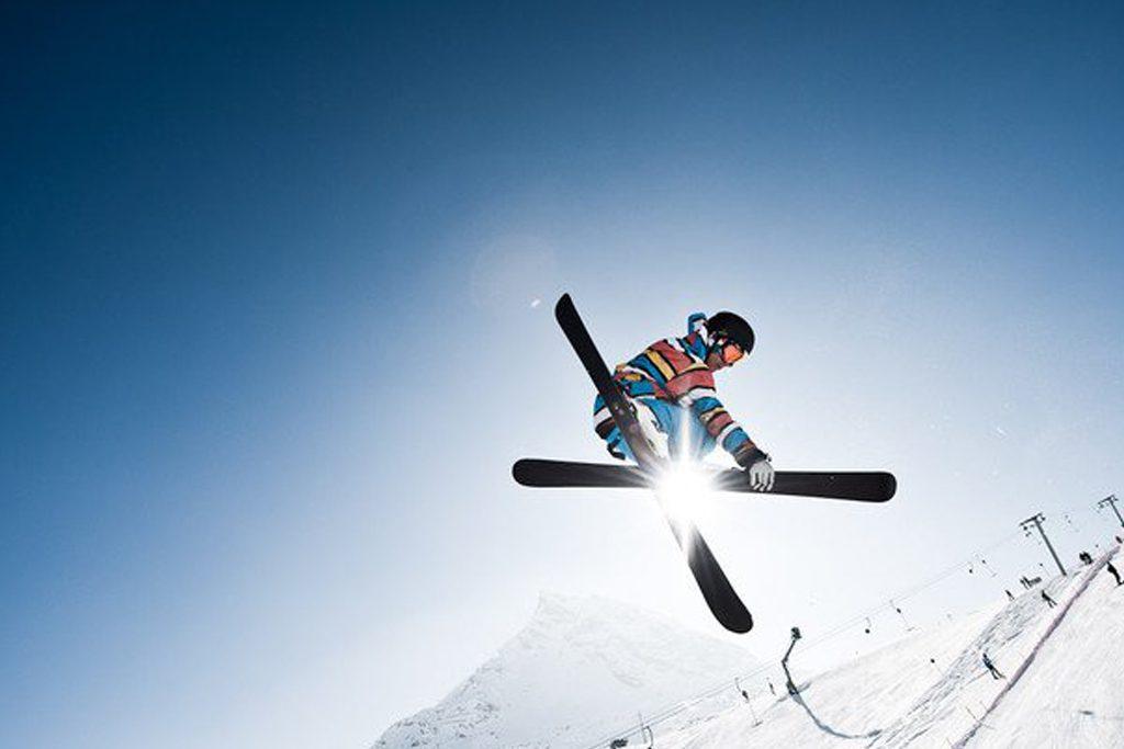 Jump mit Trick im Snowpark