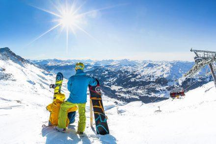 snowboarder genießt ausblick in die berge