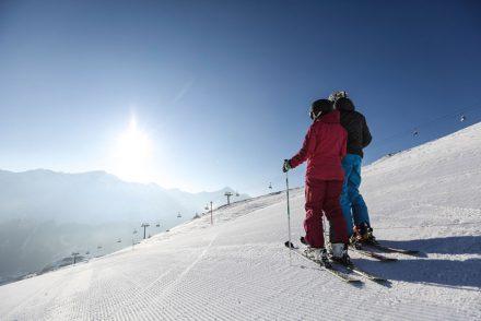 skifahrer genießen den ausblick