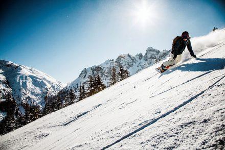 Snowboarder tiefschnee berge