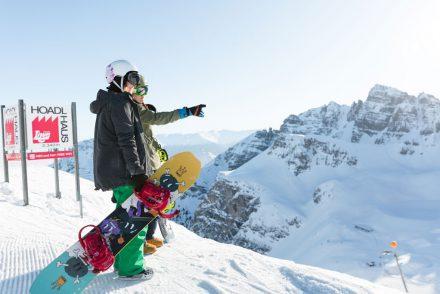 snowboarder aussicht genießen