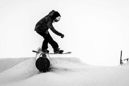 Snowboarder auf der Rail im Jatzpark