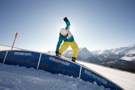 Snowboarder Grab 50/50