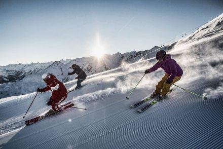 skifahrgruppe sonne abfahrt bergpanorama