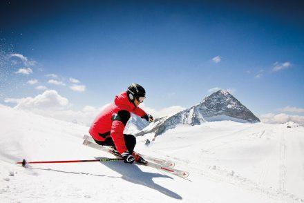 Lachender Skifahrer auf weißer Piste