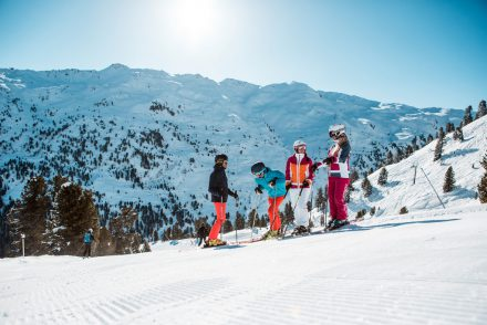 Berge Sonne Skifahrer Gruppe