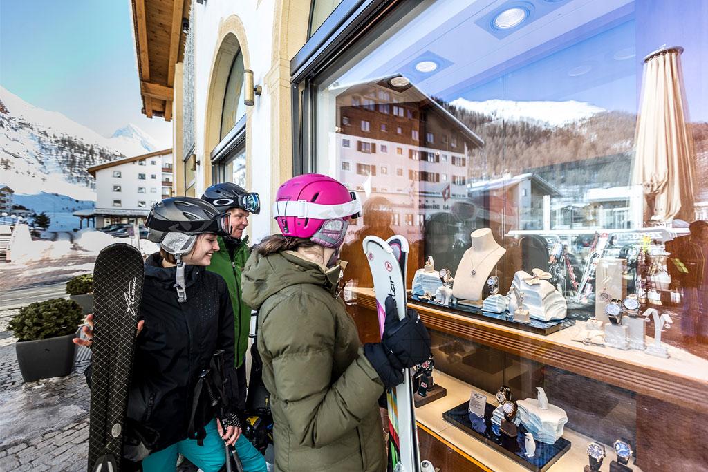 Einkaufsstraße Samnaun Skifahrerin