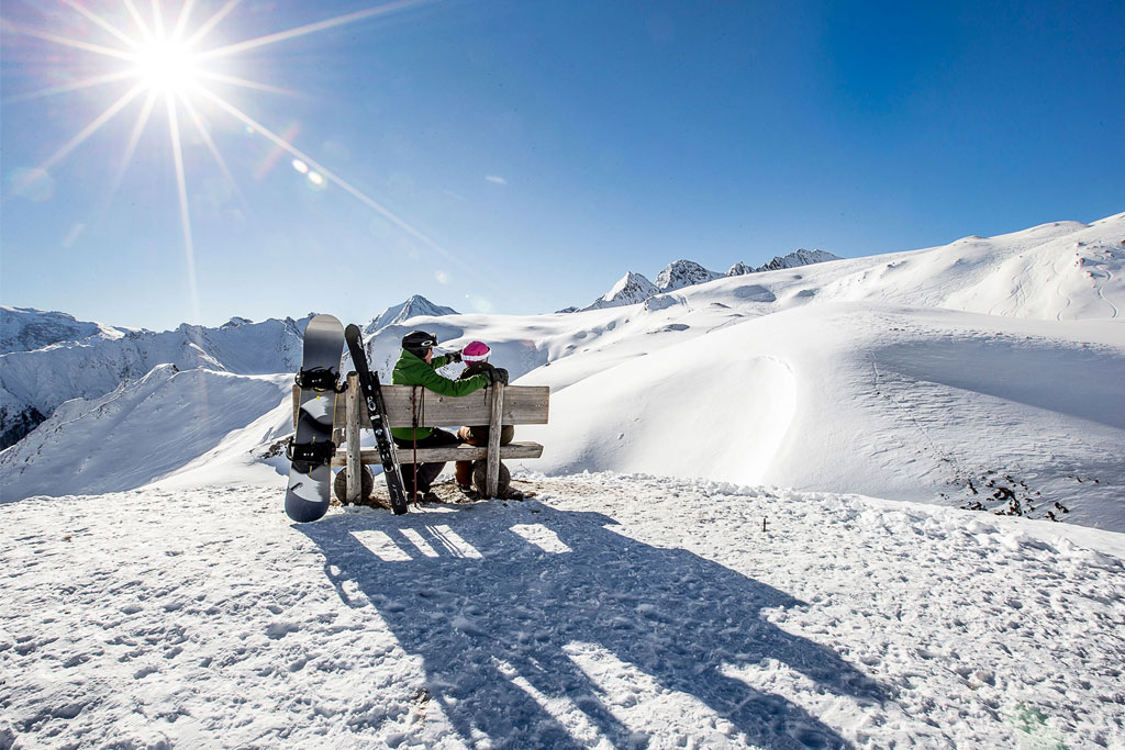 Mittagspause auf der Bank Berge Sonne
