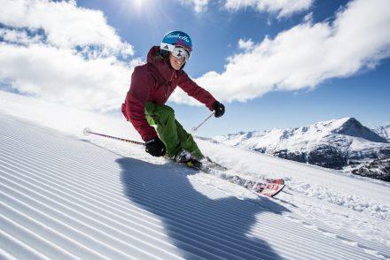 Skifahrerin_Abfahrt_lachen