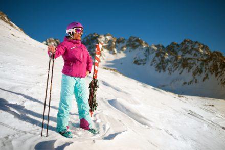 Skifahrerin Tiefschnee schöne Aussicht