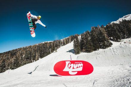 snowboarder kicker nosegrab