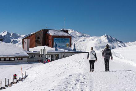 Zwei Wanderer auf weißer Piste von Davos