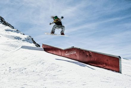freestyle snowboard boardslide