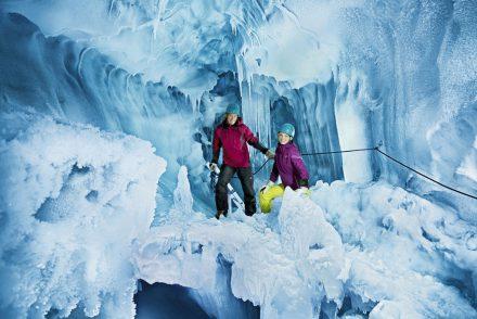 Zwei Menschen im Natureispalast in Hintertux, atemberaubende Eishöhle