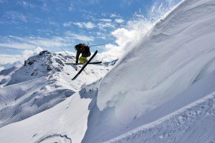 Tiefschnee Skifahrer Grab Berge