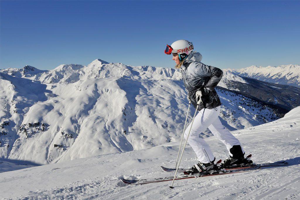 Skifahrerin auf Gipfel Panorama Berge