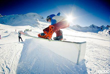 snowboarder auf der box grab