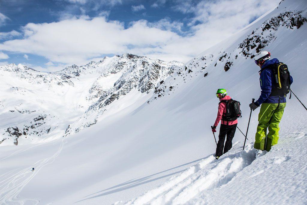 tiefschnee abfahrt skifahrer