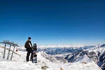 snowboarder genießt Aussicht