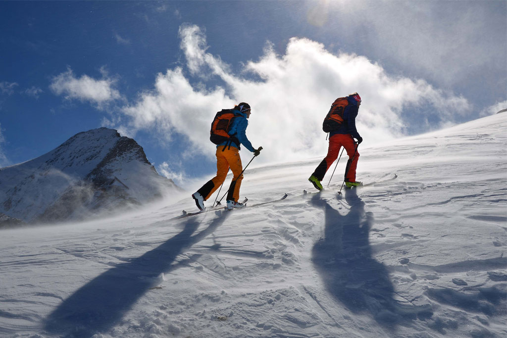 bergwanderung skifahrer