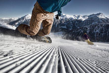 snowboardfahrer piste carven abfahrt