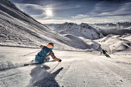 Skifahrer carven abfahrt berge