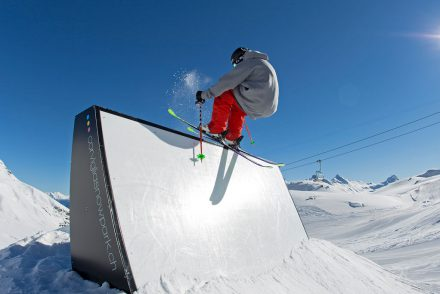 skifahrer auf der box funpark