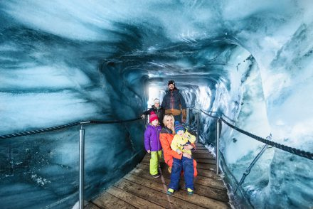 Familie in Eisgrotte