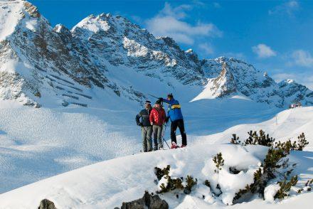 Gruppe Zeigt auf Berge
