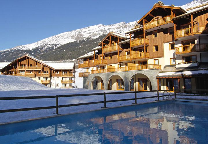 Ansicht auf Pool und Hotel der Premiumklasse in Val Cenis