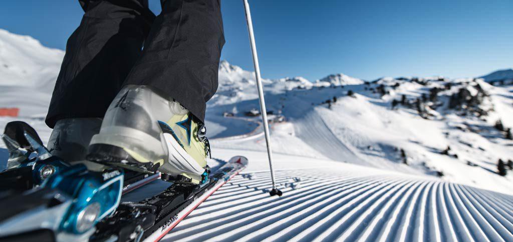 Ski anziehen auf neuer Piste
