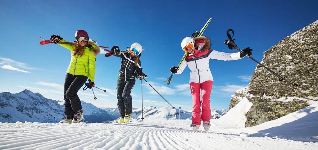 Frauen mit Ski freuen sich
