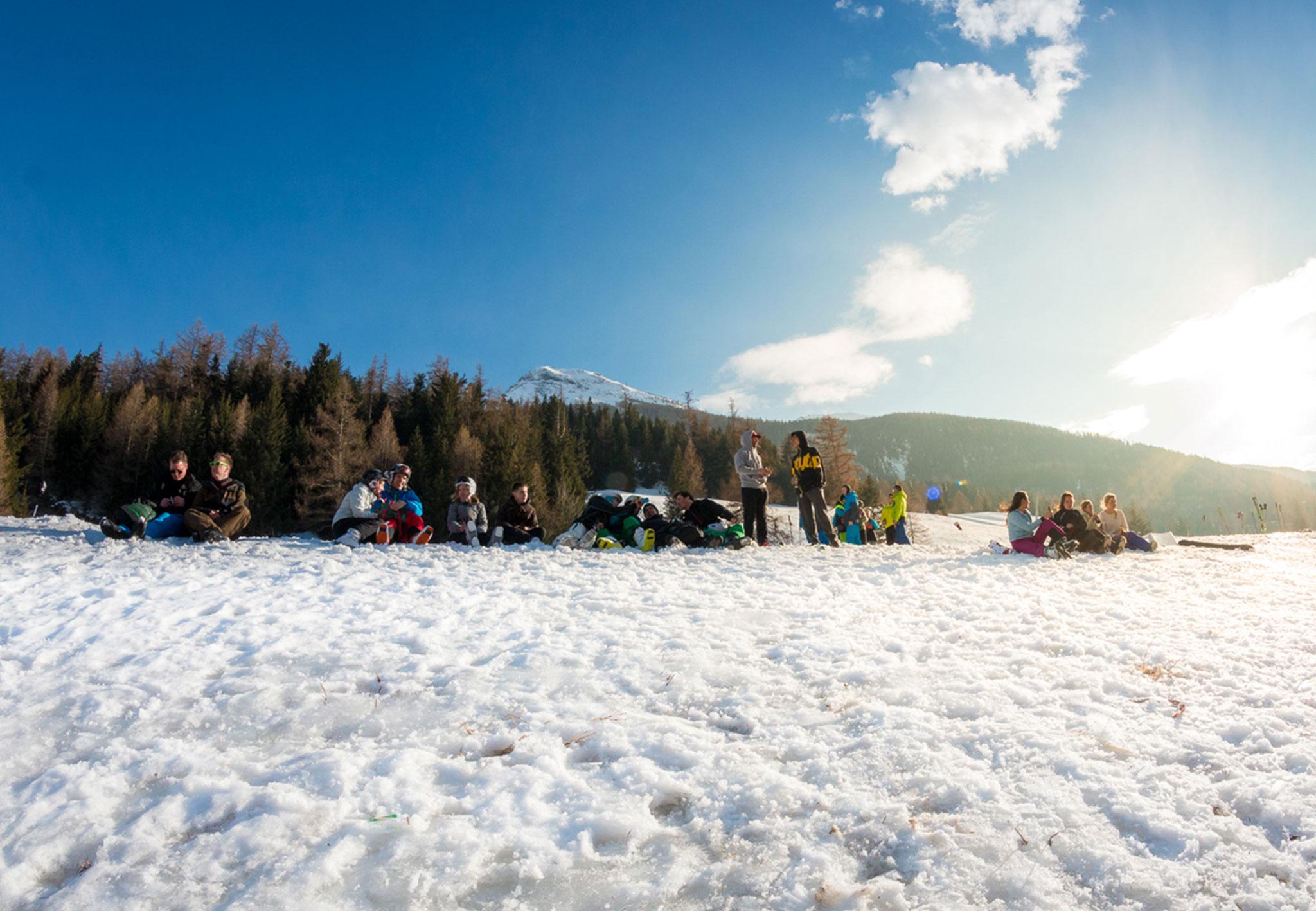 Gruppe Skifahrer im Tal im Schnee