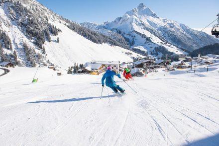 Paar Skifahrer auf der Piste Warth Schroecken
