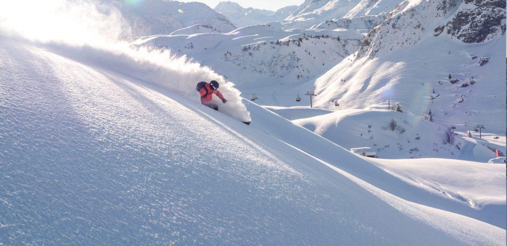 Skifahrer im Tiefschnee in Warth Schroecken