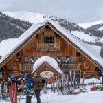 Snowboarder machen Pause auf der Hütte