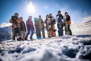 Freunde auf der Piste bei bestem Skiwetter