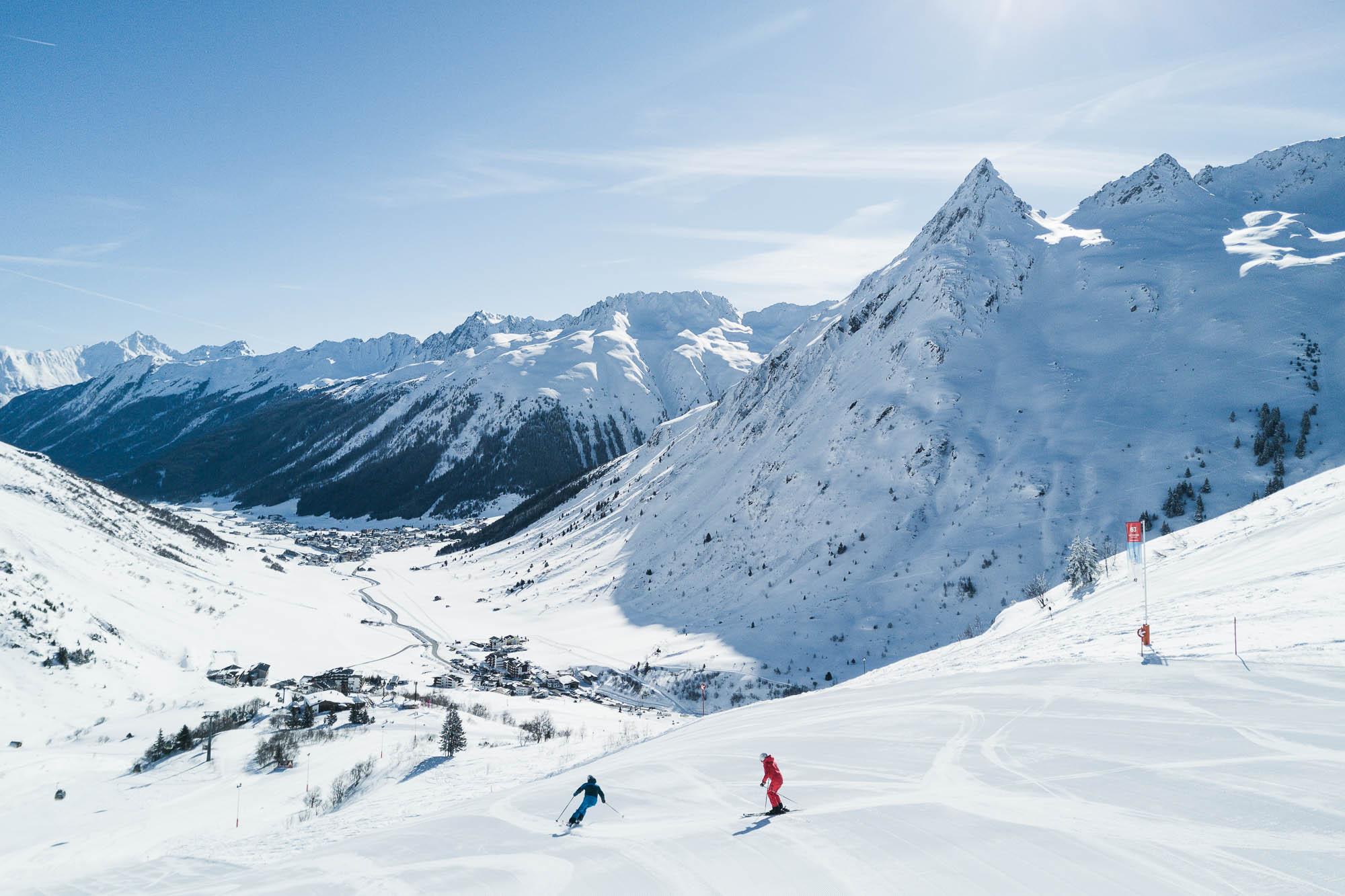 Skifahrer nutzen Panoramablick aus