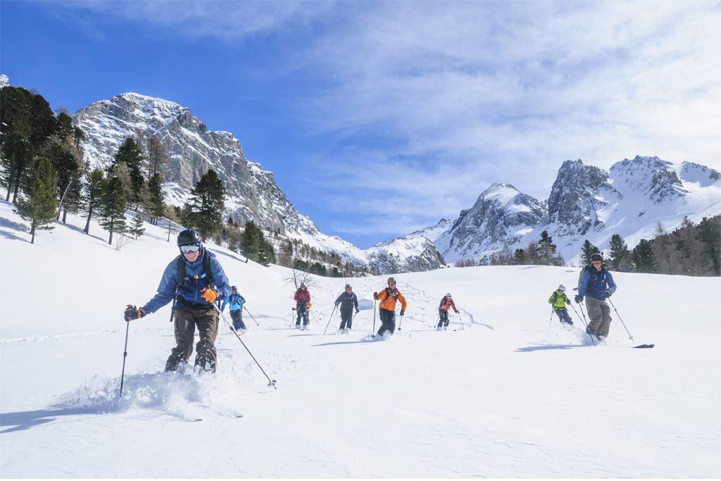 Skifahrer Gruppe hat Spaß an der Abfahrt