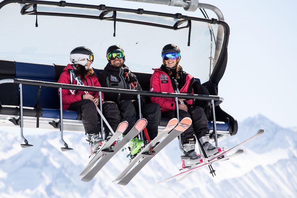 Gruppe Skifahrer sitzt im Skilift