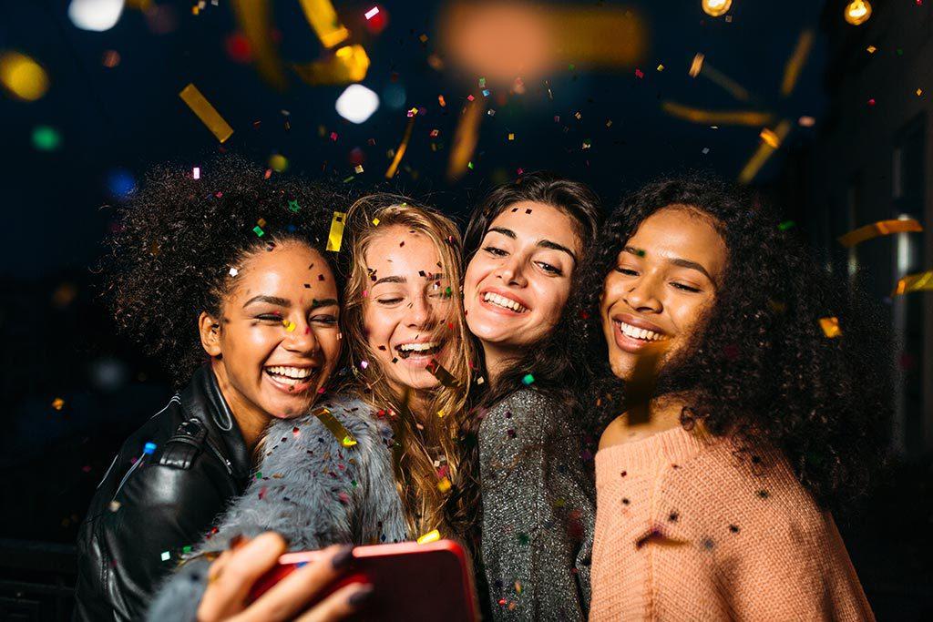 Gruppe junger Frauen Party Selfie Spass