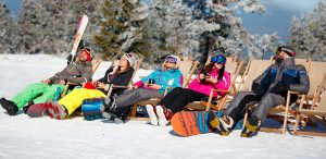 Gruppe entspannt bei bestem Wetter in der Sonne